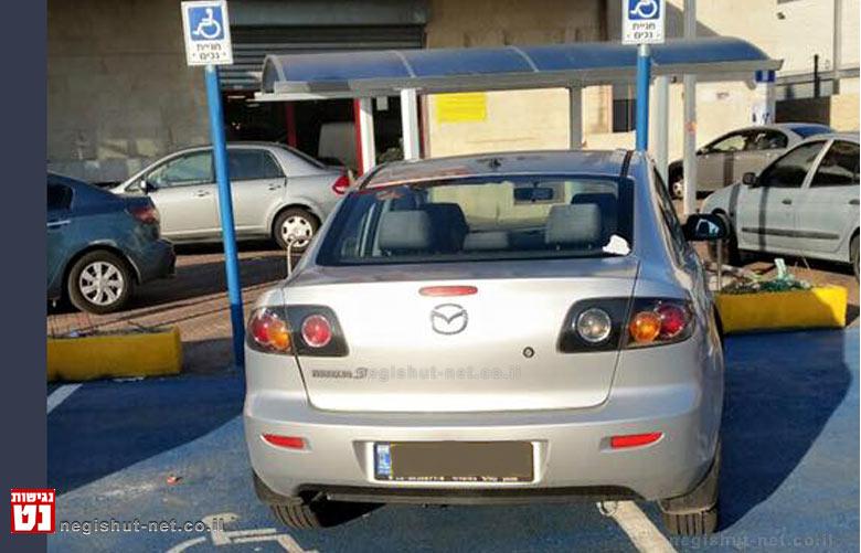 רכב חונה על שתי חניות נכים בעיר אשדוד