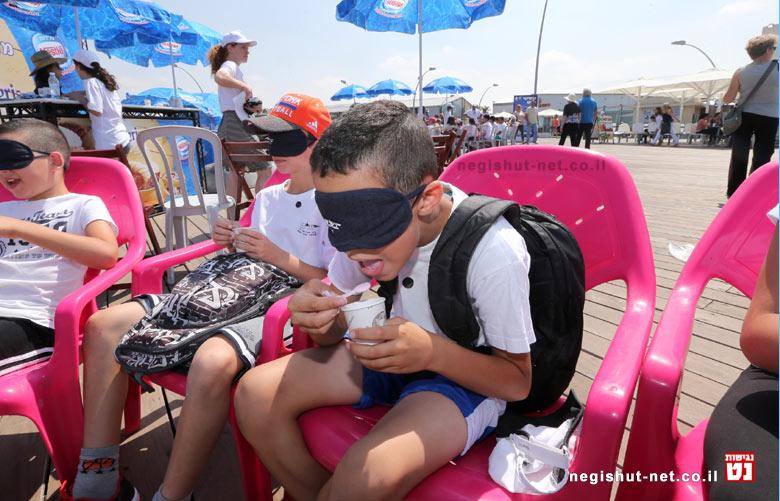 טעימה עיוורת של גלידה בהפנינג בנמל תל אביב להרגיש נגישות | צילום קובי אליהו