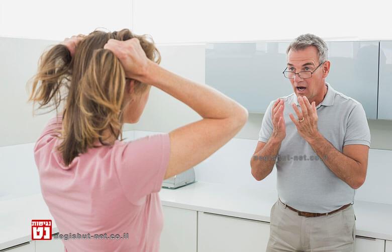 בני זוג בוויכוח קולני לקראת סכסוך וגירושין