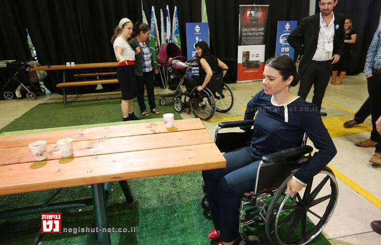 איילת שקד בכסא גלגלים שביל נגישות - צילום יוסי זמיר