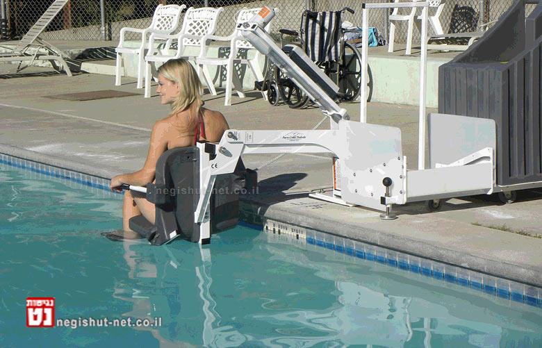 בריכת שחייה בחוץ לארץ עם מודעות לדרישות הנגישות | צילום: ארכיונגישות-נט | עיבוד: שולי סונגו ©