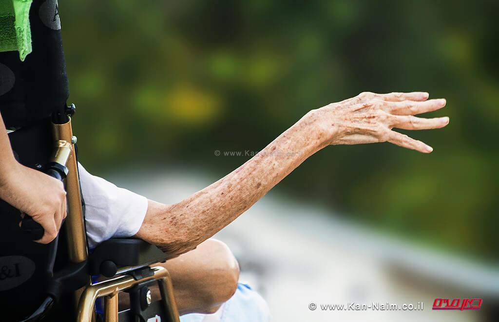 מתברר, ששכיחות המוגבלות, עולה עם הגיל ולמעשה, מחציתם של האנשים בני ה-65 | צילום: Depositphotos | עיבוד צילום: שולי סונגו ©