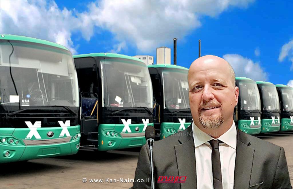 אברמי טורם, ברקע: אוטובוסים של חברת אגד | עיבוד צילום: שולי סונגו ©