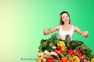 צרכנית מצביעה על פירות וירקות