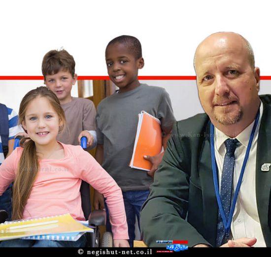אברמי טורם נציב שוויון זכויות לאנשים עם מוגבלות, ברקע: ילדים עם ילדה עם כיסא גלגלים בבית ספר | עיבוד צילום: שולי סונגו ©